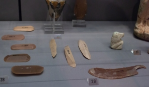Egyptian flint scrapers and a knife, from Tomb 640 in Abydos. Early Dynastic, 3030-2700 BC. Fitzwilliam Museum